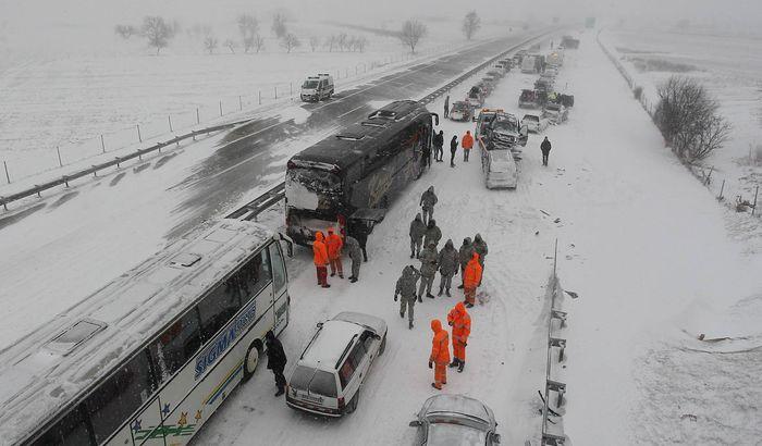 FOTO: Snežne oluje blokirale saobraćaj, ne krećite na put