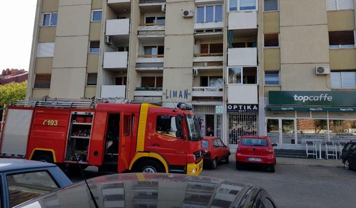 FOTO: Požar u stanu u Fruškogorskoj, povređeno dvoje dece