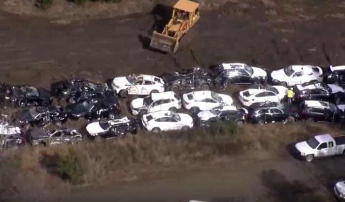 VIDEO: Voz iskočio iz šina, uništeno 120 novih automobila