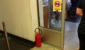 FOTO: Nezadovoljan građanin zbog FT1P porazbijao stakla u Socijalnom