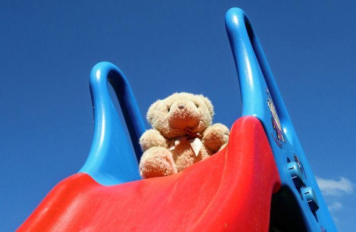 Pažljivo kada se spuštate niz tobogan sa detetom