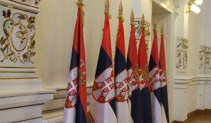 Još nepoznato ko je na kapiji ambasade Srbije ostavio plakat s lobanjom