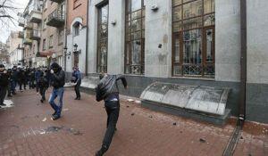 VIDEO: Neonacisti kamenjem gađali ruski kulturni centar i banke u Kijevu