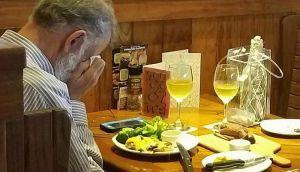 FOTO: Slika udovca koji plačući večera uz pepeo svoje supruge dirnula ljude širom sveta