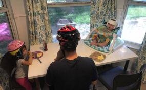 Iz solidarnosti sa bolesnom bebom cela porodica nosi kacige