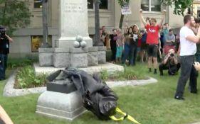 VIDEO: Demonstranti srušili statuu vojniku Konfederacije