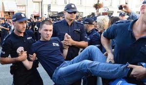 VIDEO: Poljska policija prokrčila put ekstremistima da marširaju gradom