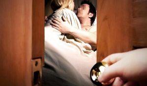 VIDEO: Ljubavnicu muža izbacila golu iz stana