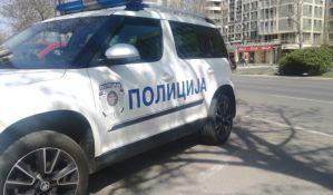 Novosađanin automobilom i pesnicama nasrnuo na policajca
