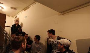 FOTO: Građani sprečili izvršitelje da isele četvoročlanu porodicu iz stana