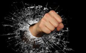 Maloletnik razbio izlog na novosadskoj pekari