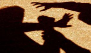 Paraćinac u prisustvu deteta tukao ženu na ulici