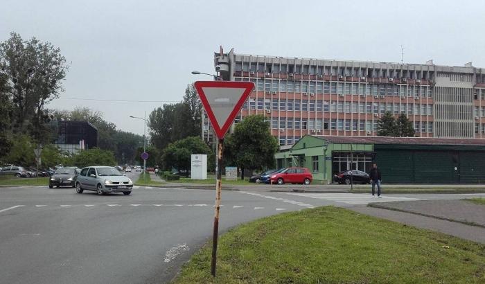 Studenti traže semafor na raskrsnici u blizini keja