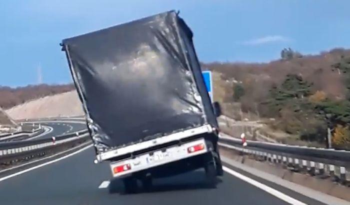 VIDEO: Vetar podizao kamion na dva točka