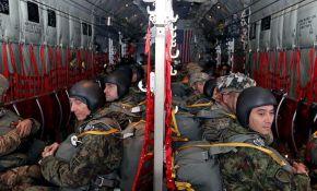 VIDEO: Zajednički skokovi srpskih i američkih padobranaca u Kovinu