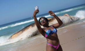 Pravili selfije sa mrtvim kitom nasukanim na plaži