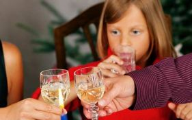 Roditeljima u Britaniji preti kazna ako se opijaju u prisustvu deteta