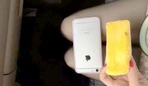 Novi trend u Kini: Devojke mere širinu kolena mobilnim telefonom