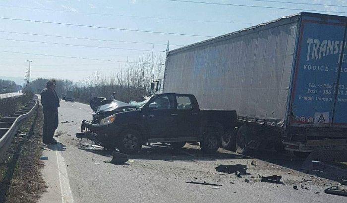 FOTO: Automobil smrskan u sudaru s kamionom, vozači lakše povređeni