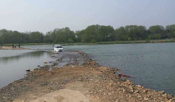 FOTO: Pratio uputstva na GPS-u pa završio u reci