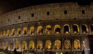 Turista kažnjen jer je na zid Koloseuma urezao imena sina i supruge