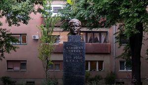 Ustaški simbol na bisti Ive Lole Ribara u Zagrebu