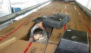 FOTO: Carina otkrila male migrante skrivene u kutijama sa sudoperama