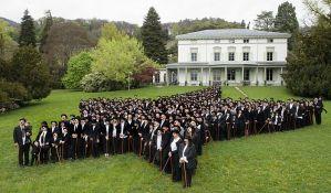 FOTO: Stotine fanova obučenih kao Čarli Čaplin posetilo njegovu kuću