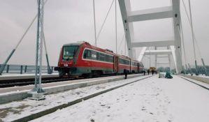 FOTO: Prvi voz na novom drumsko-železničkom mostu u Novom Sadu