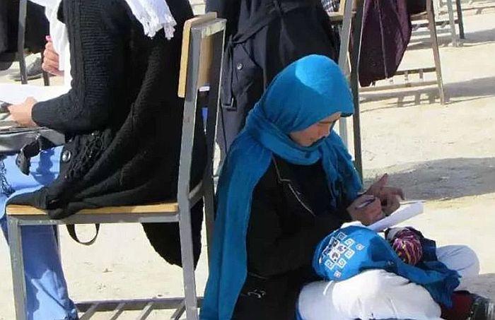 FOTO: Studentkinja u Avganistanu istovremeno radila test i brinula o bebi