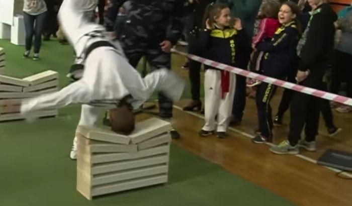VIDEO: Mladi Bosanac glavom razbio 111 betonskih ploča
