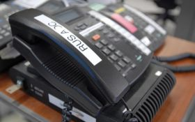 Neugledni crni plastični telefon sprečava svetski rat