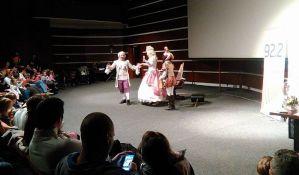 FOTO: Mališani uživali u predstavi, čokoladi i prirodnim sokovima