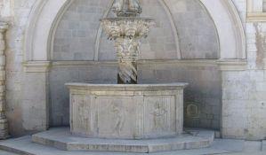 Turista se naslonio na istorijsku fontanu u Dubrovniku i oštetio je