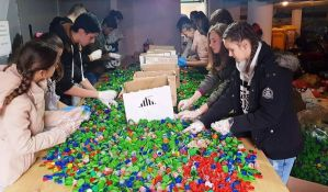 FOTO: Novosađani vredno sortiraju čepove pred obaranje Ginisovog rekorda