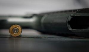 Dvogodišnjak se igrao pištoljem i ubio oca na spavanju