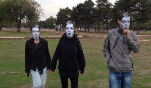Umetnik priveden zbog performansa sa Vučićevim maskama