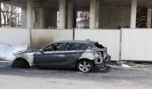 Uhapšen maloletnik osumnjičen za paljenje automobila u Novom Sadu