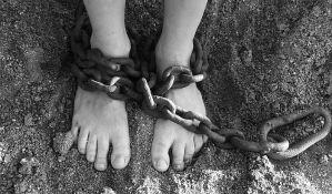 Devojku vezivali lancima i terali je da prosi