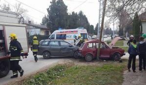 FOTO: Žena i devojčica povređene u udesu u Veterniku, morali da intervenišu vatrogasci
