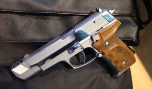 Policajac založio službeni pištolj za novac