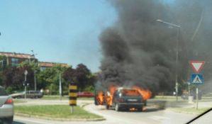 FOTO, VIDEO: Automobil u pokretu izgoreo na Novom naselju