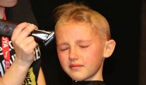 VIDEO: Devojčica obrijala glavu u znak podrške bratu obolelom od raka