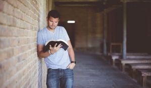 Čitanje vas može učiniti privlačnijim, ali zavisi i šta čitate