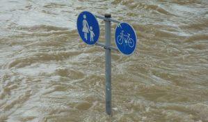 Poplave prete Poljskoj, voda prelila puteve