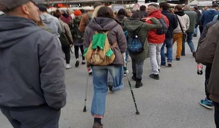 Novosađanka nakon deljenja slike sa protesta dobija protezu za nogu