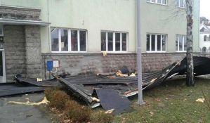 Vetar odneo krov sa škole, deca evakuisana