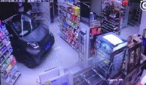 VIDEO: Upao automobilom u prodavnicu da ne bi pokisao