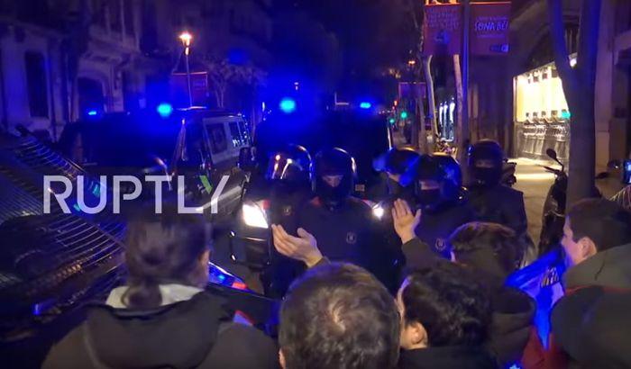 VIDEO: Međunarodne poternice za katalonskim zvaničnicima, neredi u Barseloni