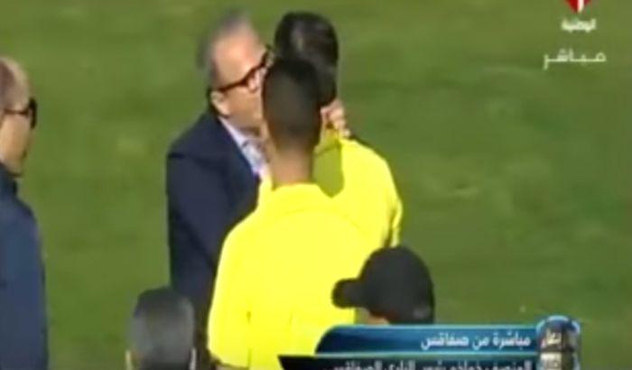 VIDEO: Doživotno suspendovan jer je poljubio i utešio sudiju